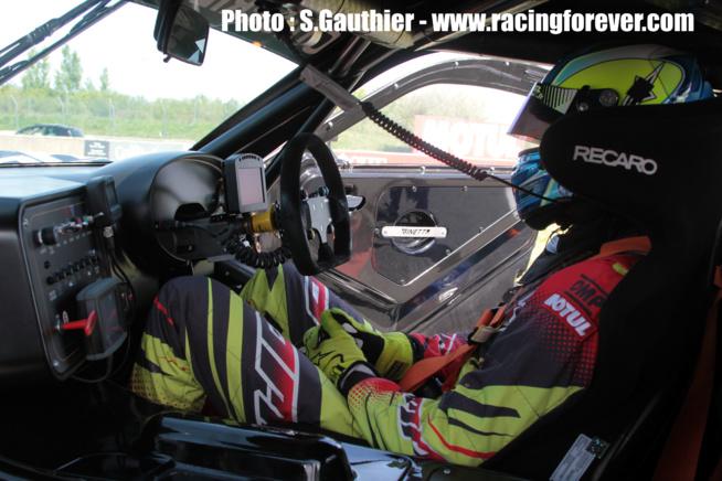 Dans la Ginetta GT4, le volant est à droite