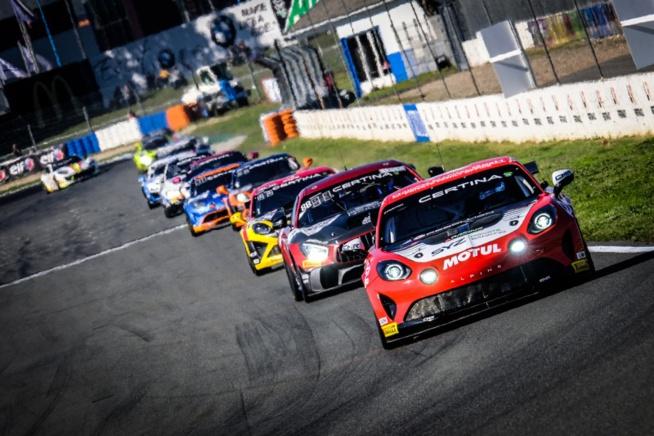 Les GT4 sur le circuit d'Albi (Photo D.Bogaerts - SRO)