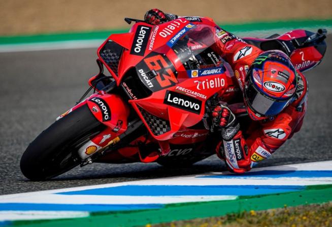 Un pilote Ducati en chasse un autre