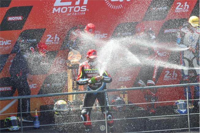 Les célébrations de la victoire ( Photo www.suzuki-racing.com)