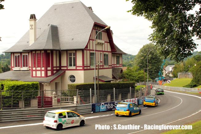 La Twingo à l'aise dans les rues de la ville de Pau