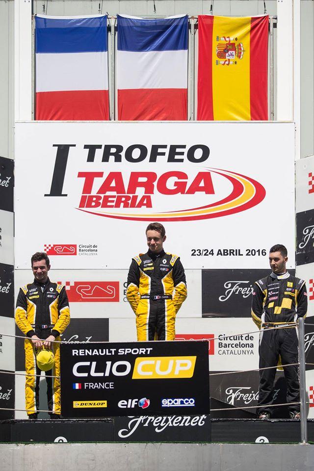 Jérémie à gauche est déjà sur le podium pour sa 3e course ( Photo Renault Sport - Xavi Bonilla / DPPI)