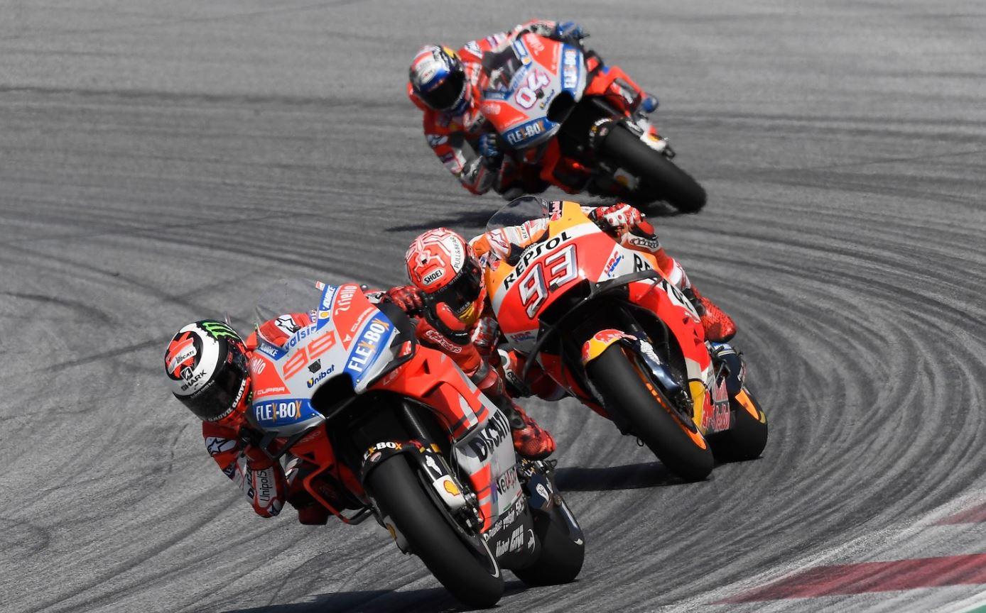 Marc Marquez entouré par 2 Ducati (Photo Ducati corse)