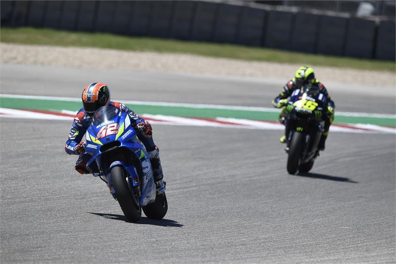 En l'absence de Marquez, beau duel entre Rins et Rossi pour la victoire (Photo Suzuki)