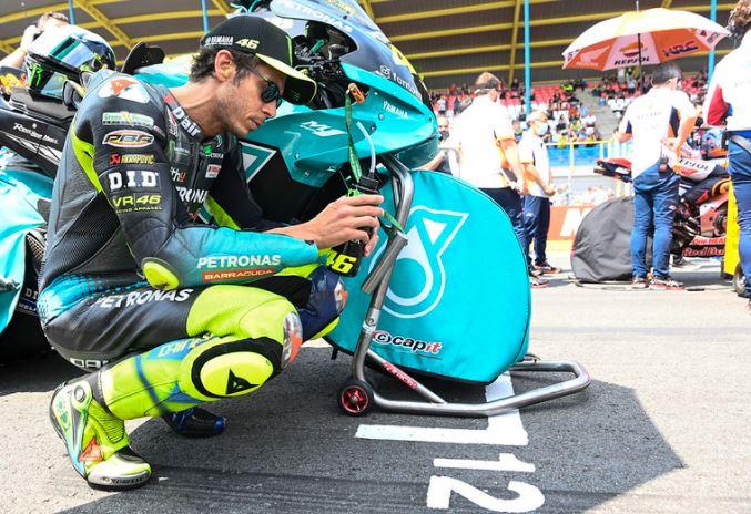 Valentino Rossi en pleine reflexion (photo Yamaha SRT)