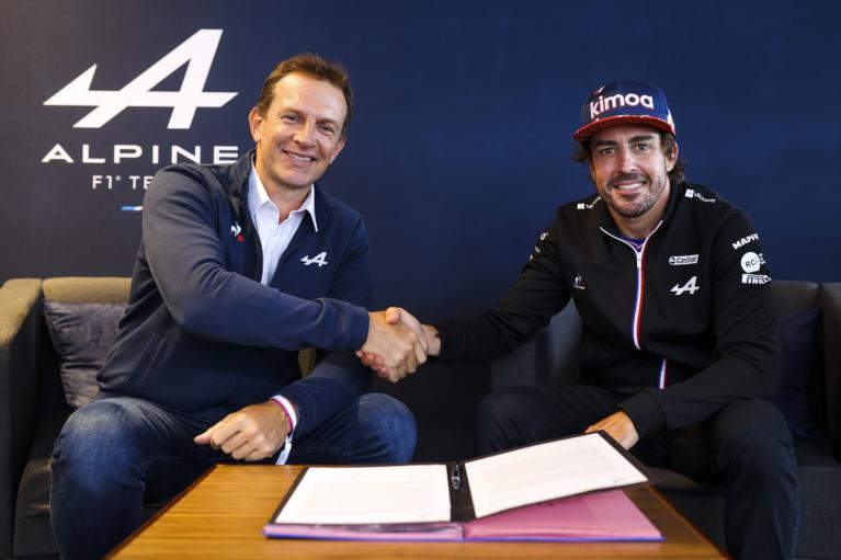 Laurent Rossi et Fernando Alonso signant la prolongation © Alpine F1