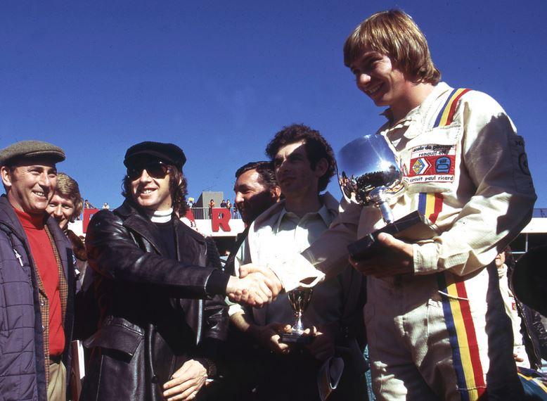 Didier Pironi, vainqueur du volant Elf Winfield en 1972, est félicité par Jackie Stewart. © DPPI