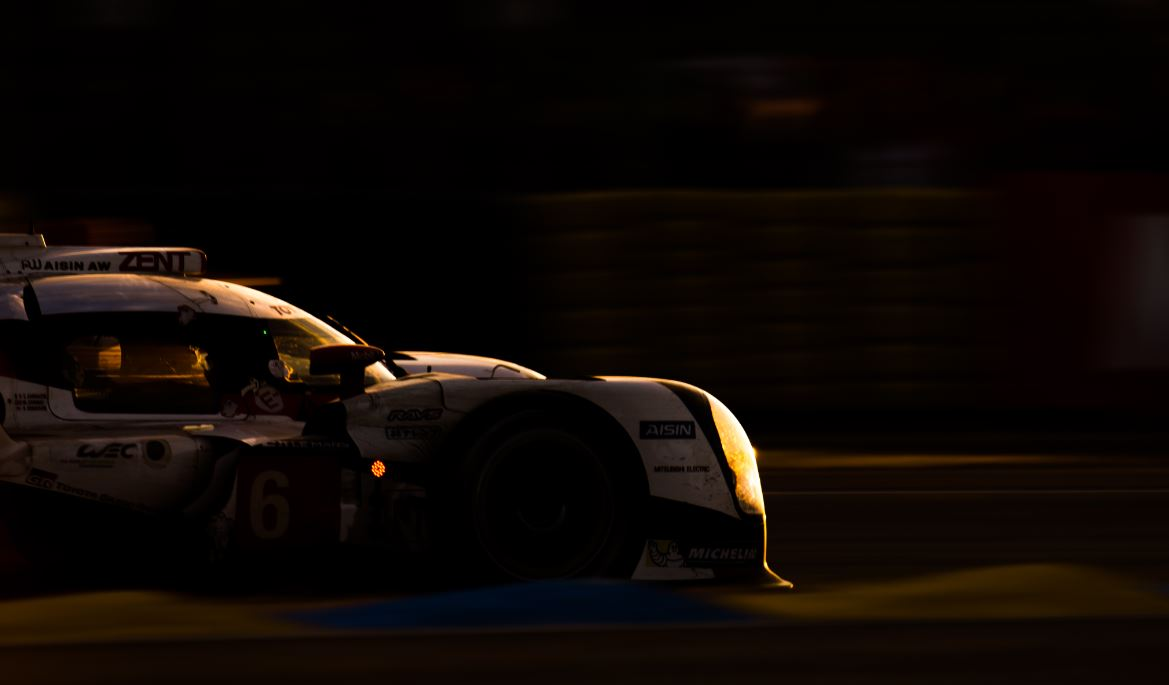 Le jour se lève et Toyota résiste à Porsche (Photo Toyota Motorsport)
